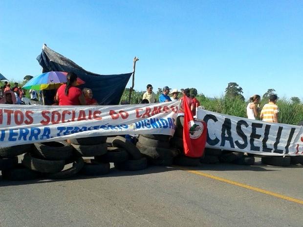 Com pneus, manifestantes bloqueiam trecho da BR-163 em Itaúba. (Foto: Josimara Cristina/ Arquivo pessoal)
