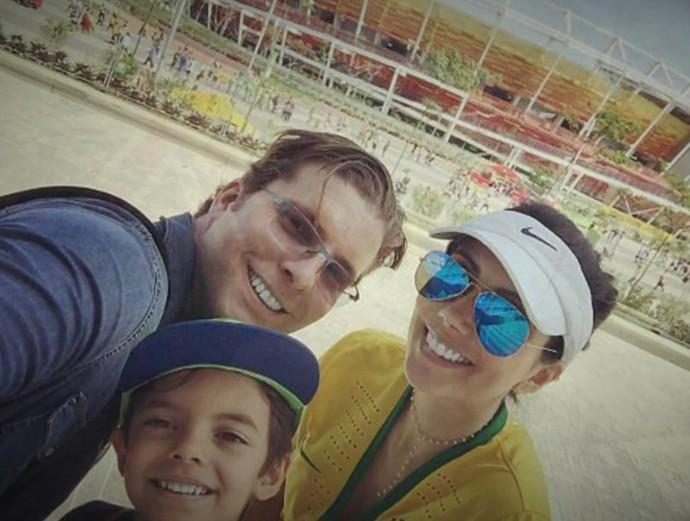 Thiago Fragoso com a esposa e com o filho (Foto: TV Globo)