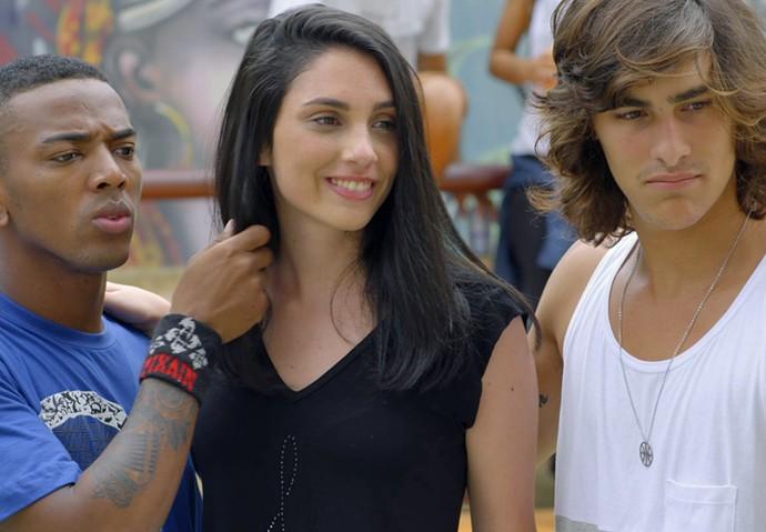 Cleyton e Glauco ficam em cima da menina (Foto: TV Globo)