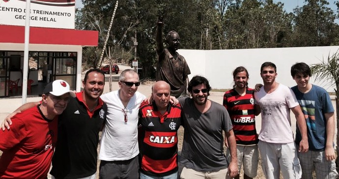 George Helal posa em frente à sua estátua no Ninho ao lado do filho Ronaldo, familiares e Eduardo Bandeira de Mello (Foto: Reprodução/Facebook)