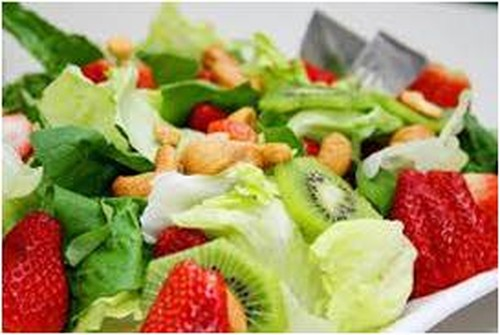 Salada verde com frutas, mostarda e mel