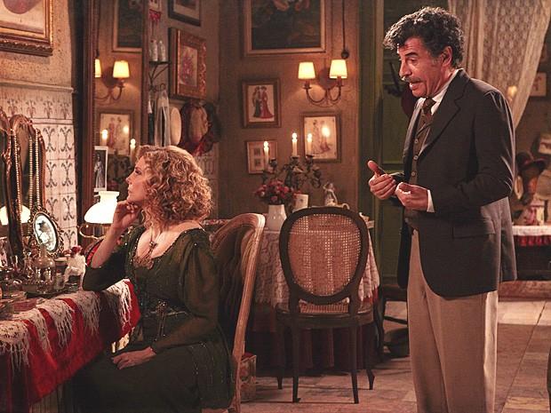 Mário conta para a atriz que conversou com a mãe dela, Alzira (Foto: Lado a Lado / TV Globo)