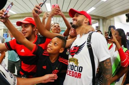 Romulo no aeroporto com a torcida do Flamengo (Foto: Reprodução Twitter Flamengo)