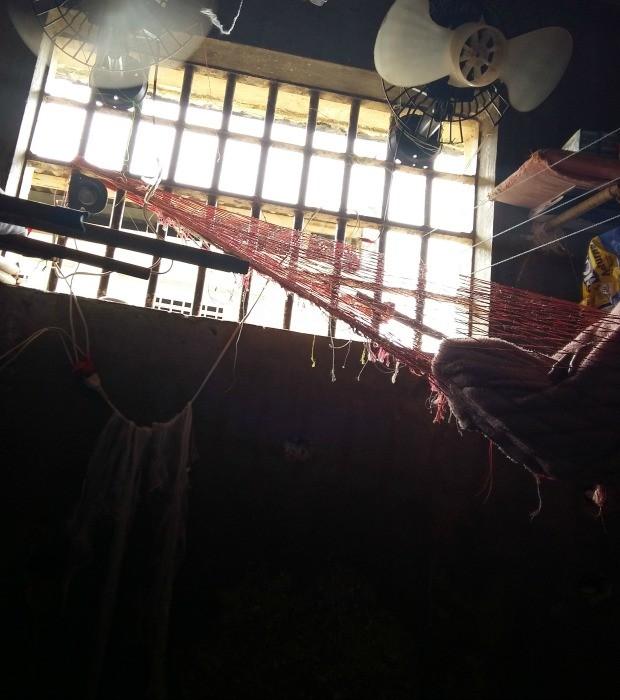 Alguns reeducandos dormem em redes improvisadas no alto da cela (Foto: Betsey Polistchuk/ OAB-MT)