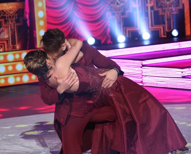 Lucas Lucco beija a professora Ana Paula Guedes ao fim da apresentação de foxtrote (Foto: Carol Caminha/TV Globo)