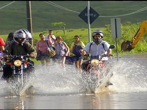 Motos passando pelas ruas alagadas  (Foto: Reprodução / Inter TV)