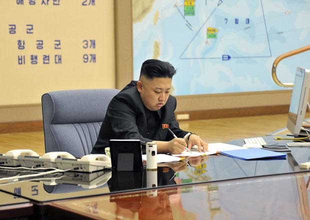 Foto de ditador da Coreia do Norte com iMac gera especulação online (Foto: Reuters/KCMA)