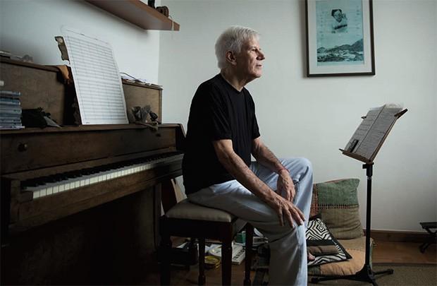"""Vida;Carreira;Cultura;Sob medida Tom Jobim, na parede,  """"vigia"""" Luiz Claudio, que trabalha há 30 anos em um projeto para gravar, só em violão, as canções do Maestro Soberano   (Foto: Anna Carolina Negri)"""
