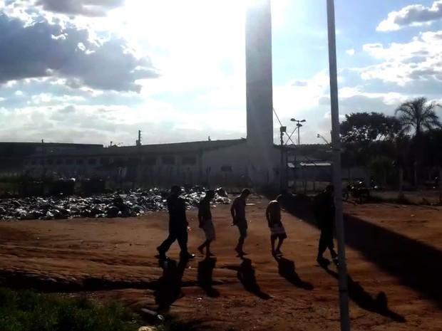 Presos do semiaberto fogem do Centro de Prisão Provisória (CPP) em Goiânia, Goiás (Foto: Reprodução/TV Anhanguera)