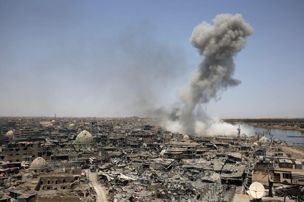 Imagem deste domingo (9) mostra fumaça após um bombardeio da coalizão dos EUA contra o Estado Islâmico em Mossul, cidade liberdada após quase 9 meses (Foto: Ahmad al-Rubaye/AFP)