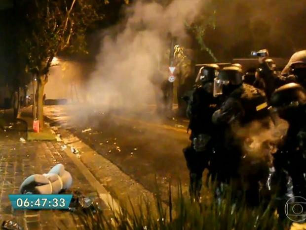 Polícia dispersou os manifestantes que estavam próximos à casa de Michel Temer (Foto: TV Globo/Reprodução)