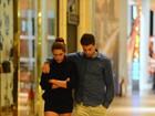 Cauã Reymond e Mariana Goldfarb passeiam abraçadinhos em shopping