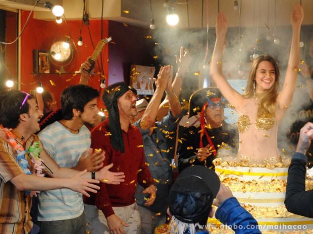 Surpresa!!! Fatinha sai do bolo e espanta a galera no Misturama (Foto: Malhação/ TV Globo)