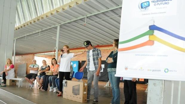 A coordenadora regional do projeto Carine Grosko e o mascote Léo. (Foto: Divulgação/RPCTV)