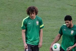 Os jogadores da seleção brasileira David Luiz e Hulk (Foto: AP Photo/Eraldo Peres)
