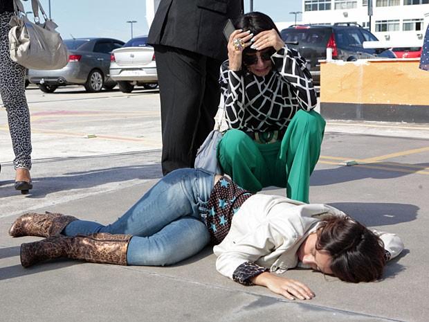 Melissa finge estar arrasada com atropelamento (Foto: Amor Eterno Amor/TV Globo)