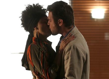 Após chantagem, Pedro tasca beijão em Carola