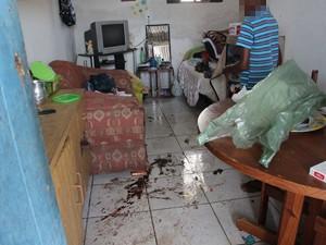 Menino ajuda a limpar casa onde mãe foi morta em Peruíbe (Foto: Marcos Antonio da Costa / Arquivo Pessoal)