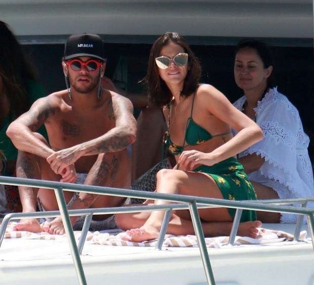 Bruna Marquezine e Neymar curtem barco  (Foto: AgNews)