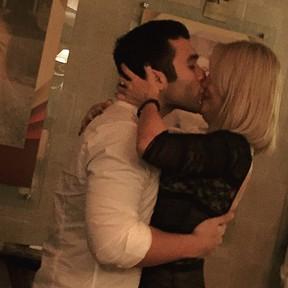 Jonathan Costa dá beijão em Antônia Fontenelle (Foto: Instagram/ Reprodução)