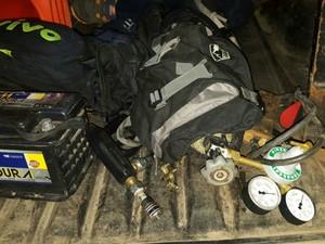 Com a dupla,foi apreendida material para arrombamento de caixas eletrônicos (Foto: Divulgação/Polícia Militar)