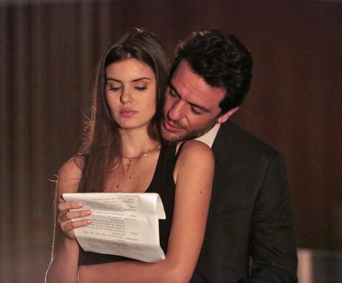 Camila Queiroz e Rodrigo Lombardi passam o texto (Foto: Felipe Monteiro/Gshow)