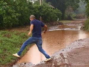 Professor universitário tem dificuldade para passar pela rua de Araraquara (Foto: Felipe Lazzarotto/EPTV)