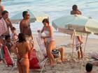 Drica Moraes tem dia de praia com a família