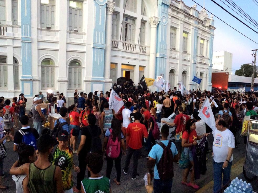 Estudantes protestaram em frente à Prefeitura de Natal (Foto: Kleber Teixeira/Inter TV Cabugi)