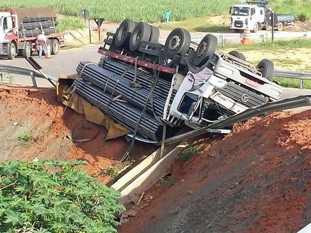Caminhão tombou em rodovia de Capivari por volta das 7h30 (Foto: Tonny Machado/Raízes FM)