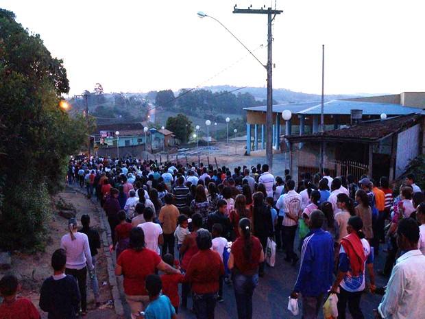Prossição até a cruz do monte  (Foto: Marcelo Praxesdes/Divulgação)