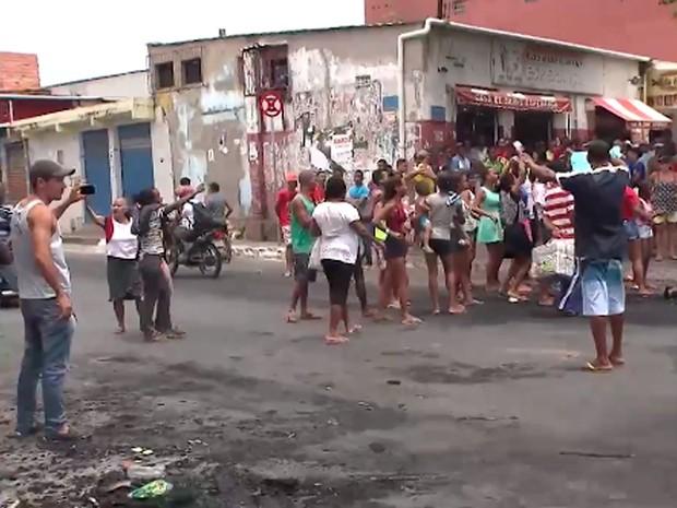 Moradores fizeram protesto em Valéria por conta de morte de homem, em Salvador. Bahia (Foto: Reprodução/ TV Bahia)
