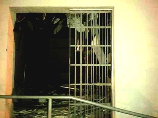 Agência do Bradesco ficou parcialmente destruída  (Foto: Divulgação/PM)