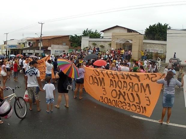 Protesto reúne cerca de mil pessoas (Foto: TV Verdes Mares/Reprodução)
