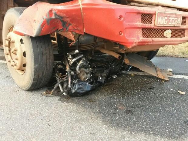 Motocicleta ficou embaixo de caminhão, na BR-242 (Foto: Tiago Souza/Divulgação)