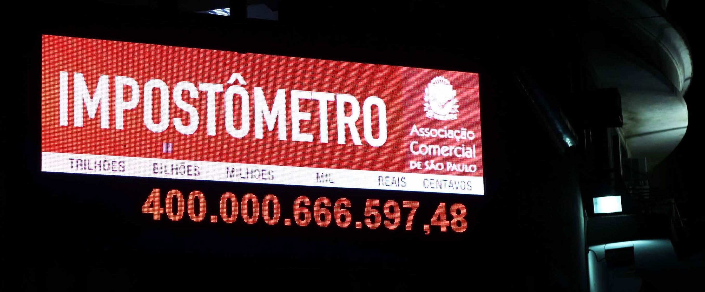 Impostômetro registra R$ 400 bilhões de impostos arrecadados dos brasileiros na noite desta quinta-feira (28).  (Foto: Renato S. Cerqueira/Futura Press/Estadão Conteúdo)