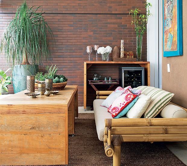 A parede de tijolos aparentes orientou o estilo mais rústico da varanda projetada pela designer de interiores Maximira Durigan. Os vasos têm plantas da paisagista Ligia Frizon (Foto: Marcelo Magnani e Maíra Acayaba/Casa e Jardim)