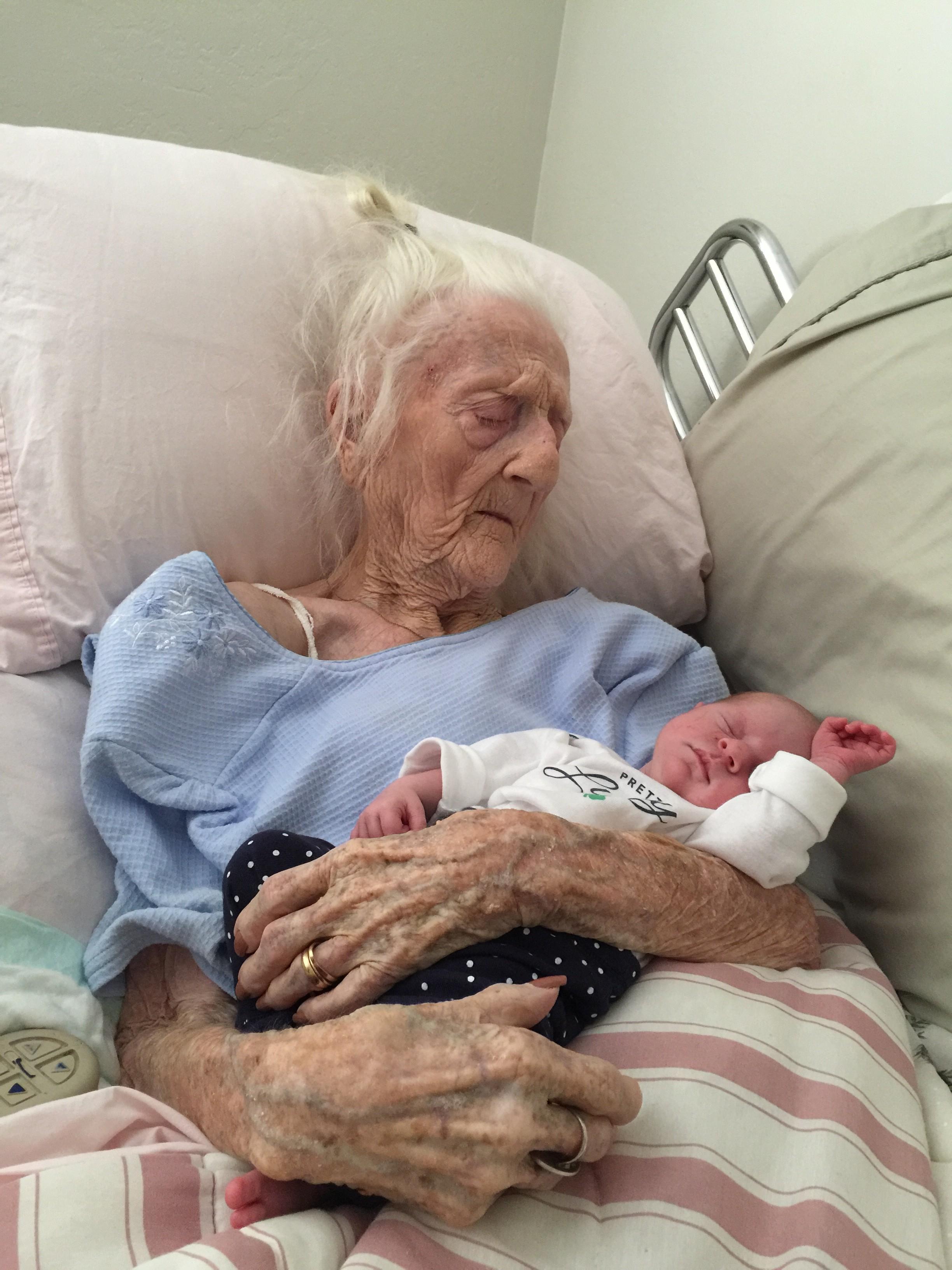 Rosa Camfield, norte-americana que morava em Chandler, Arizona, comoveu os internautas ao protagonizar a foto, em que aparece abraçada com a criança, uma menininha batizada de Kaylee (Foto: Sarah Hamm/AP)