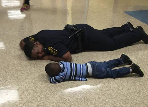 Precious conforta criança (Foto: Reprodução/Facebook)