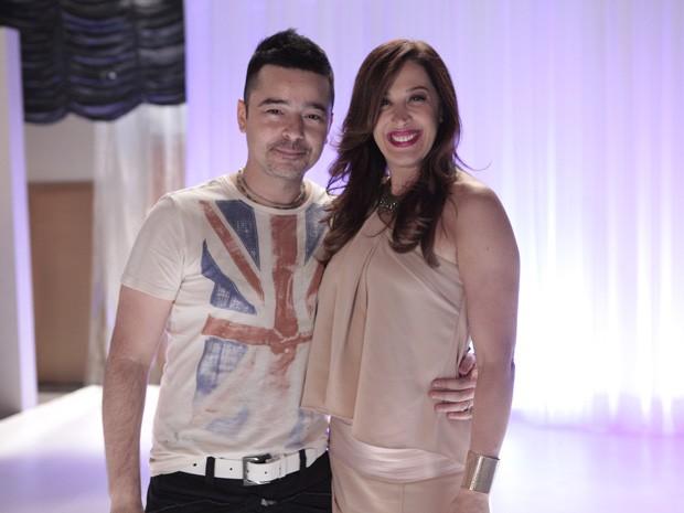 Claudia faz a festa com Carlos Tufvesson  (Foto: Salve Jorge/TV Globo)