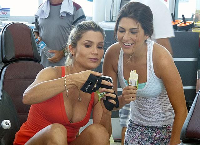 Sorvete para refrescar! Fernanda e Flávia conversam durante intervalo (Foto: Salve Jorge/TV Globo)