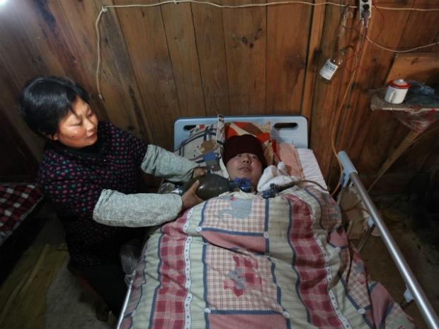 Casal mantem filho vivo bombeando saco ressuscitador (Foto: STR / AFP)