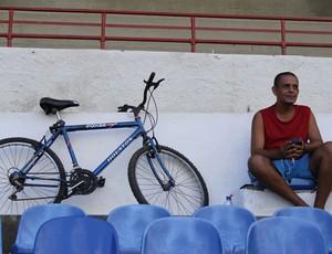 Torcedor assiste ao jogo entre São Domingos e Sete acompanhado pela bicicleta (Foto: Caio Lorena / GloboEsporte.com)