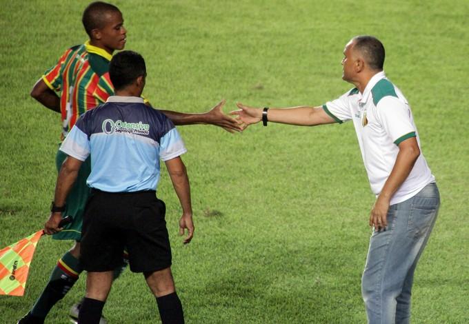 Oliveira Canindé cumprimenta Gil Mineiro, autor do gol da vitória do Sampaio (Foto: De Jesus/ Jornal O Estado)