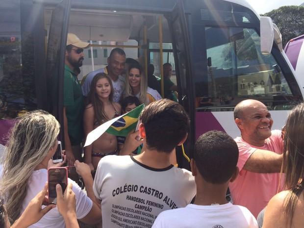 Viviane Araújo causa tumulto com seus fãs após conduzir a tocha  (Foto: Rafael Godinho / EGO)