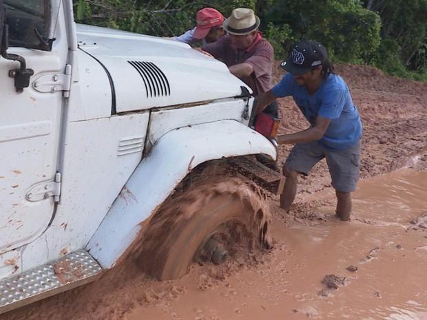 PREP_ Equipe fica atolada na estrada (Foto: TV Globo)