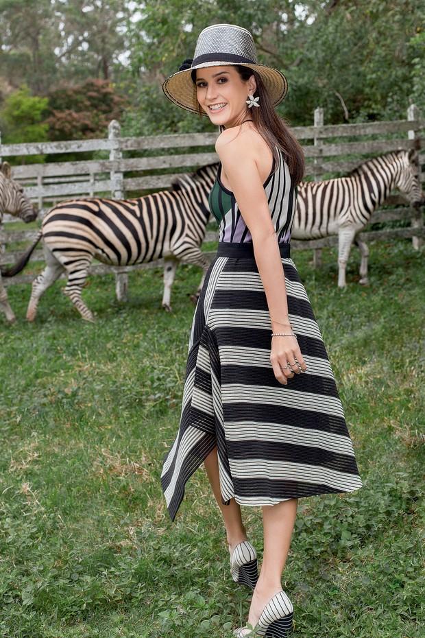 Joana posa com as cinco zebras da fazenda, em Vassouras. (Foto: Carolina Isabel Novaes)