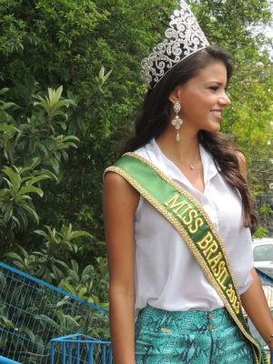 Jakelyne com a coroa e a faixa de Miss Brasil 2013 (Foto: Tatiana Lopes/G1)