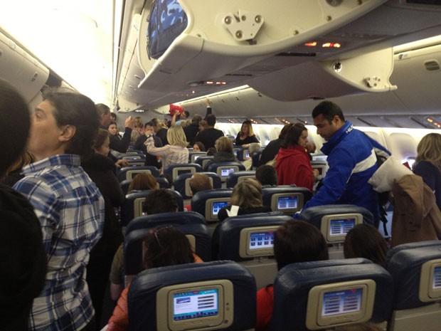 Passageiros do voo Delta 121 ficaram presos no avião dentro do aeroporto em NY (Foto: Fernando Assis / Acervo Pessoal)