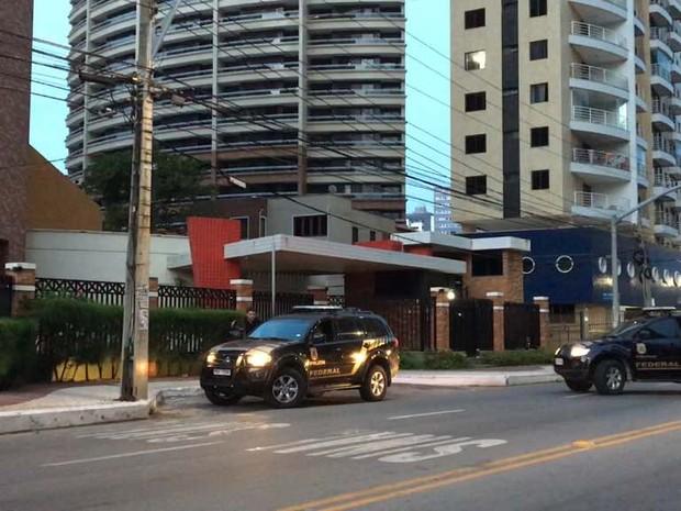 Polícia Federal realiza operação em Fortaleza; agentes estavam em deslocamento a um prédio na Praia de Iracema (Foto: G1)